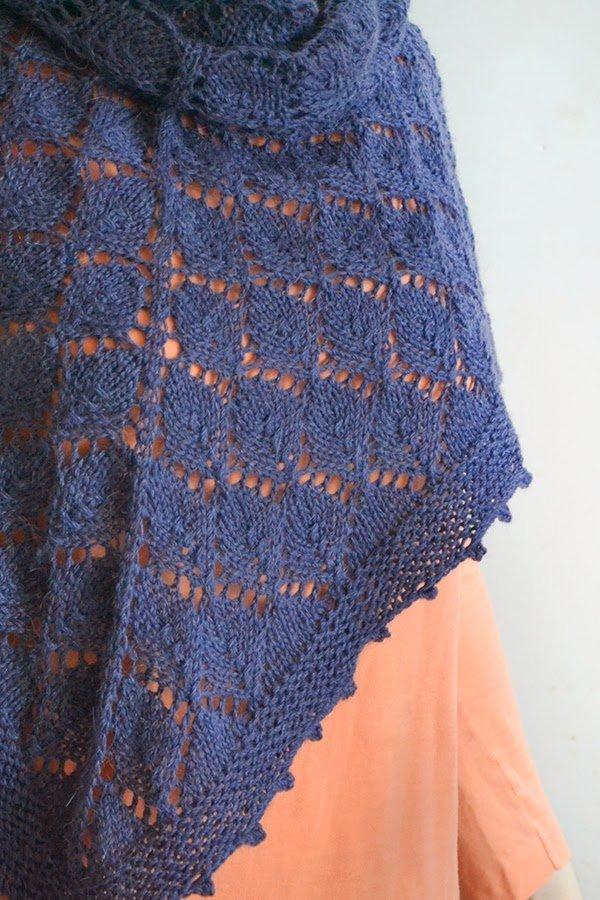 knit shawl with leaf lace motif - scialle a maglia con motivo a foglie