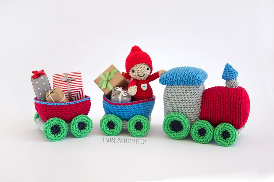 Amigurmi crochet train with christmas gift - besenseless.blogspot.com