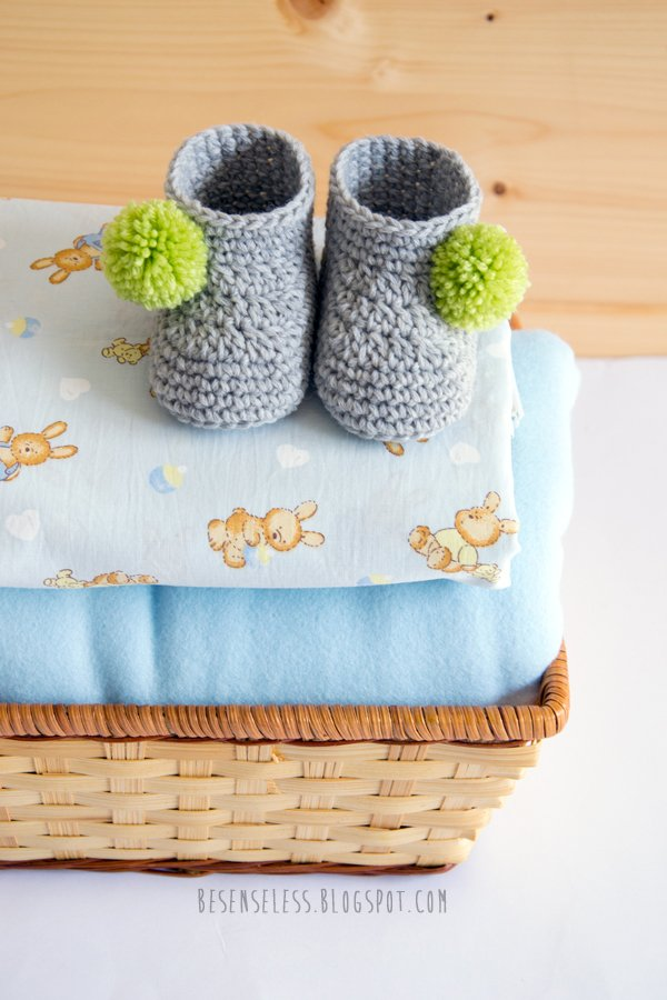 Crochet baby booties with pom pom - Stivaletti a uncinetto con pompom per neonati