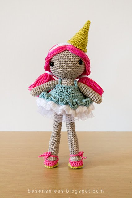 Amigurumi Ice-cream doll wears crochet dress with tulle fabric and chocolate beads - Bambola Gelato a uncinetto con abito in cotone, tulle e perline color cioccolato - Crochet pattern in Simply Crochet magazine issue 34