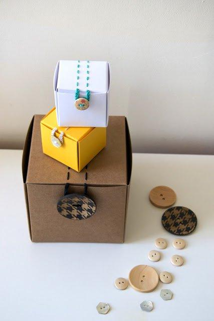Decorare una scatola per bomboniere con bottoni - Airali per Selfpackaging