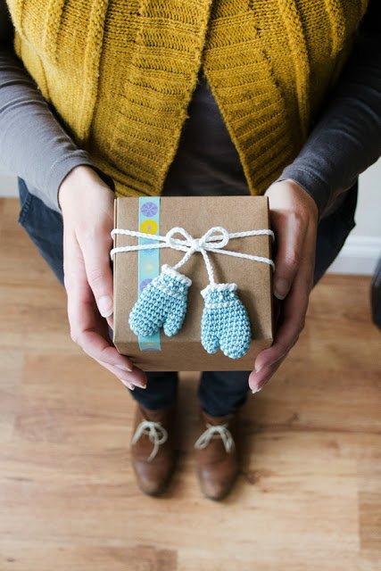 Decorazioni guanti chiudipacco o spilla per Natale realizzati a uncinetto - Crocheted Mittens Christmas tag