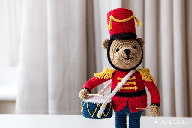 Nutcracker Teddy bear amigurumi - Orsetto vestito da soldatino dello Schiaccianoci a uncinetto - airali design