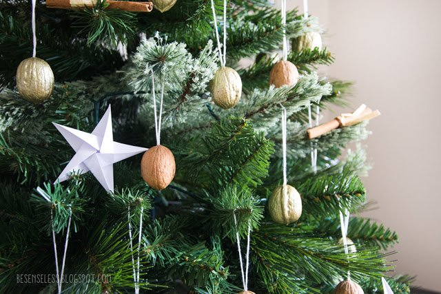 Christmas tree with walnut and origami stars - Albero di Natale con noci e stelle origami