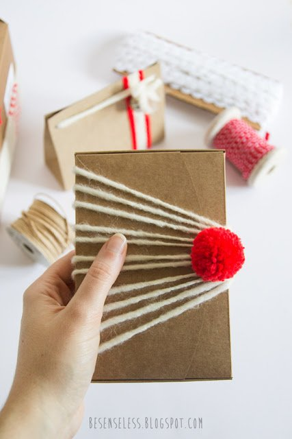 idee per pacchetti regalo natalizi con filati, nastri e pom pom - ideas for Christmas packaging with yarns, ribbons and pom pom