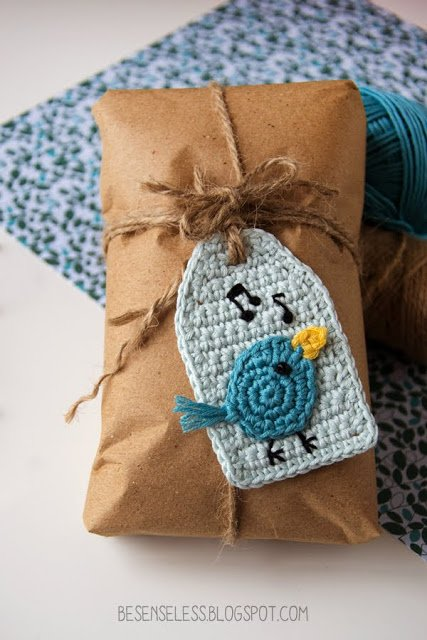 Schema gratuito per un usignolo ad uncinetto da cucire su una tag - Free crochet pattern for a tag with a nightingale