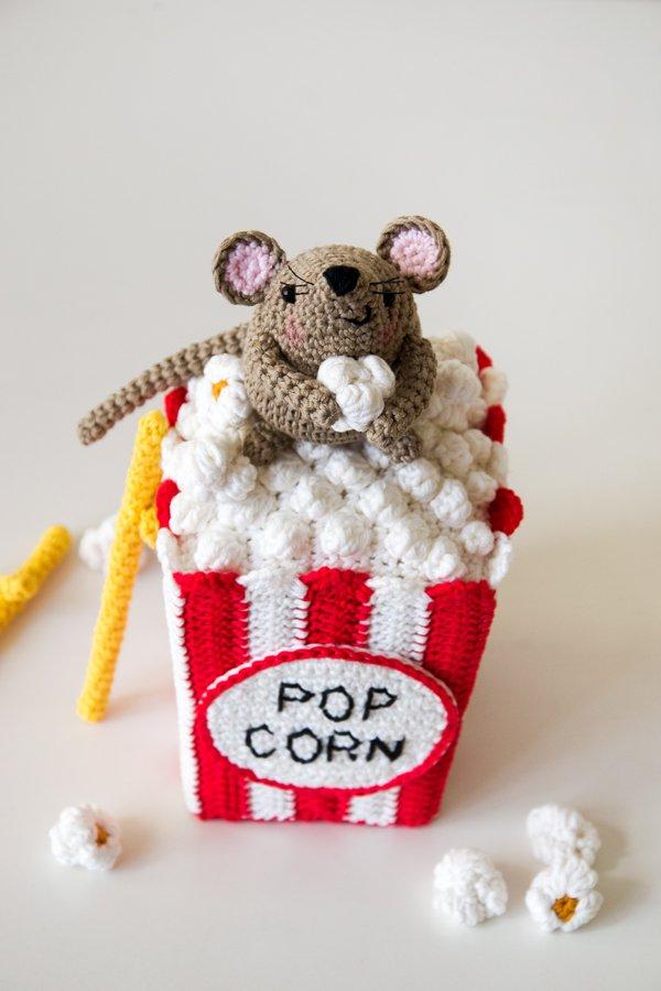 Topo amigurumi su sacchetto di popcorn all'uncinetto