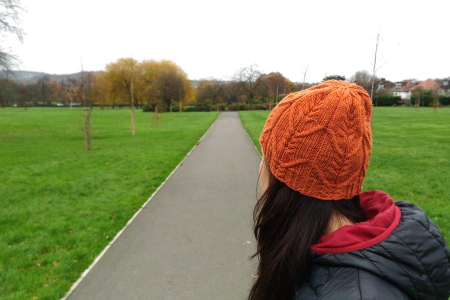 cappello a maglia con trecce color zucca - modello chini di giuseppina flamini