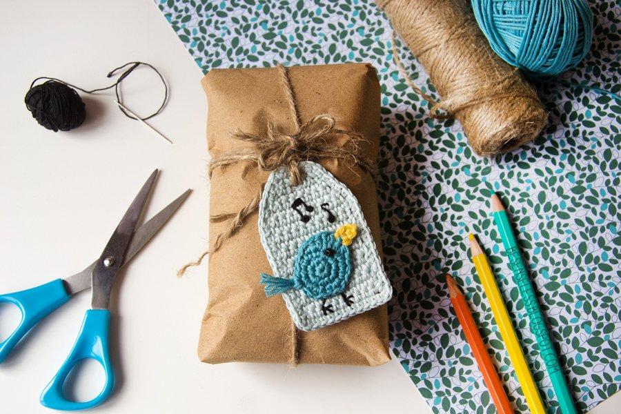etichetta per regali con uccellino a uncinetto