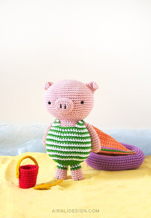Amigurumi pig on the beach | Airali