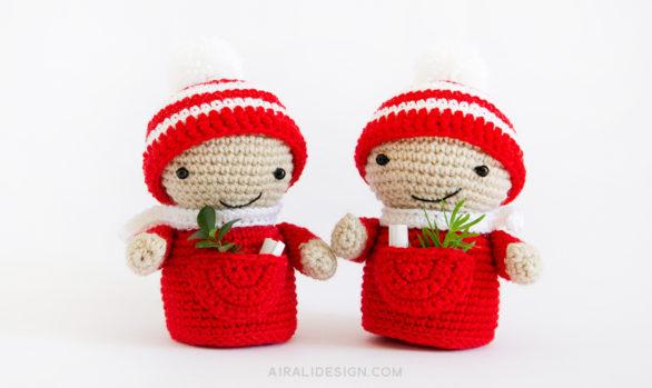folletto natalizio amigurumi con cappello a righe e tasca per il vischio segnaposto schema uncinetto