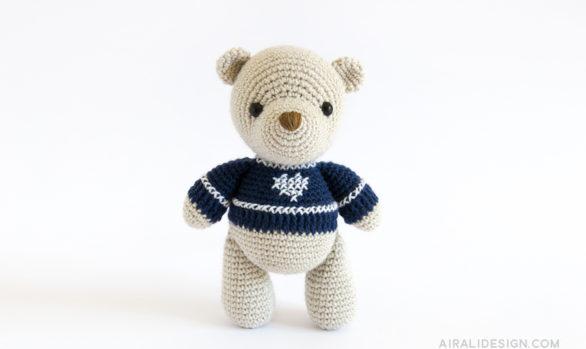 orso amigurumi con maglione blu e ricamo a punto croce schema uncinetto