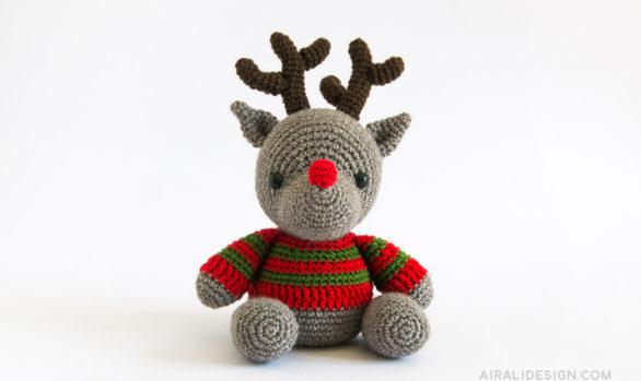 renna amigurumi con naso rosso e maglione a righe schema uncinetto