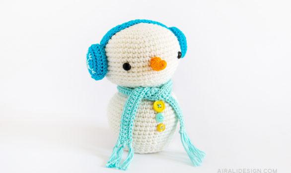 pupazzo di neve amigurumi paraorecchie blu schema uncinetto