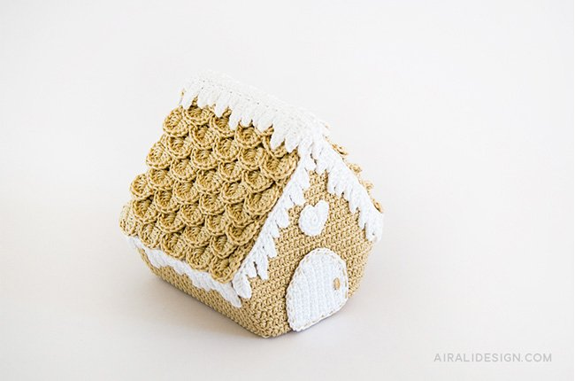 Gingerbread house with crocodile stitch roof crochet pattern in Amigurumi Winter Wonderland book by Ilaria Caliri