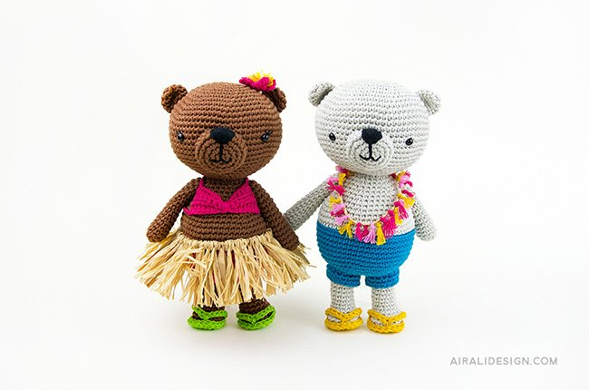 Couple of bears on holidays in Hawaii. Crochet pattern from the book Amigurumi Globetrotters by Ilaria Caliri