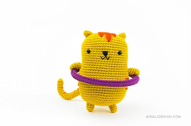 Cat with hula hoop. Crochet pattern from the book Amigurumi Globetrotters by Ilaria Caliri