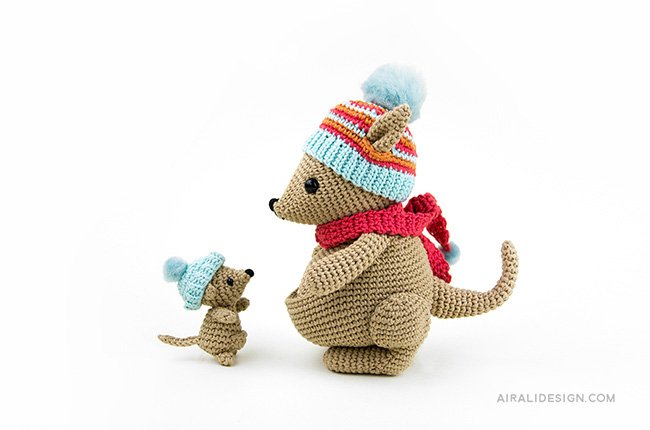 Mom and baby kangaroos with hat ant scarf. Crochet pattern from the book Amigurumi Globetrotters by Ilaria Caliri