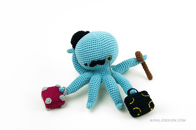Octopus with bowler hat and luggage. Crochet pattern from the book Amigurumi Globetrotters by Ilaria Caliri