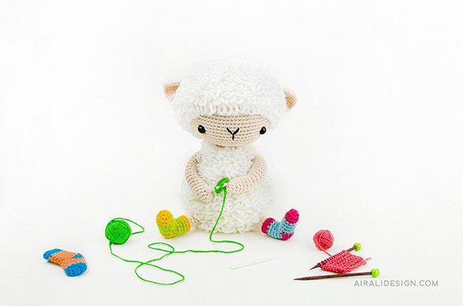 White sheep in loop stitch. Crochet pattern from the book Amigurumi Globetrotters by Ilaria Caliri