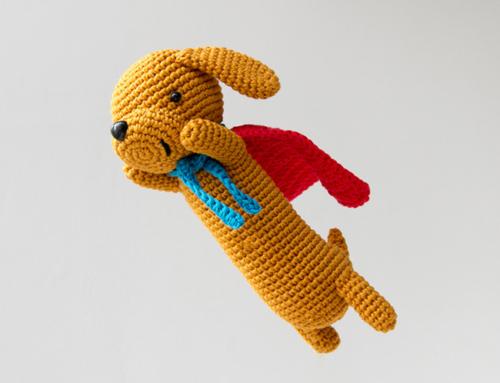 Super Sausage, il bassotto supereroe! Schema amigurumi