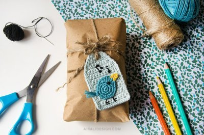 nightingale bird on a gift tag, free crochet pattern by Airali design