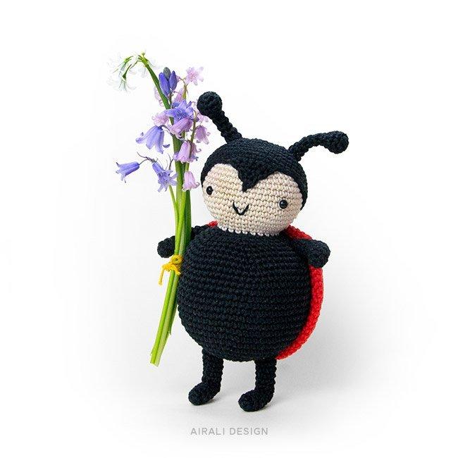 Carlotta coccinella amiguurmi in nero e rosso. Schema uncinetto