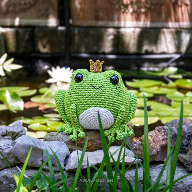 Prince Perry Rana amigurumi, principe ranocchio a uncinetto con corona dorata di Airali design